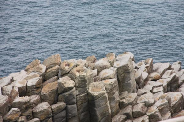 幾何学的な柱状節理の岩