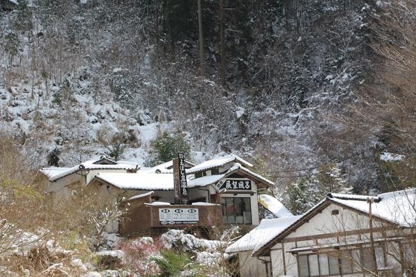 冬積雪期の山間の街並み